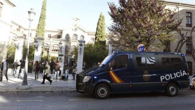 Agentes de la Policía Nacional durante el registro en el Ayuntamiento de Granada.