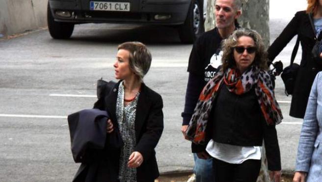 Ester Quintana llegando a la Audiencia de Barcelona el 12 de abril de 2016 acompañada de su abogada.