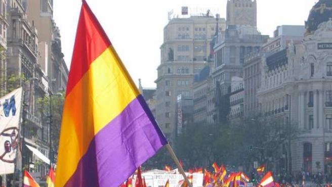 Un hombre con una bandera republicana en una manifestación en Madrid.