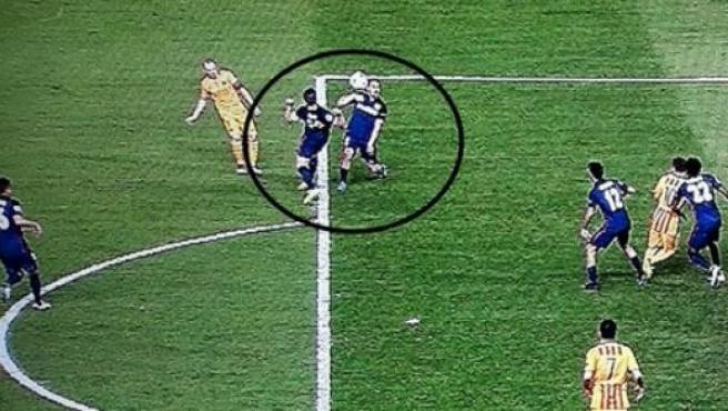 Mano de Gabi dentro del área que el árbitro no señaló.