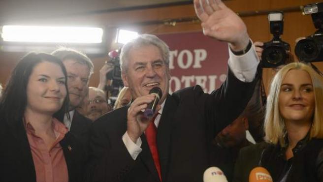 Milos Zeman, nuevo presidente de la República Checa, celebra su victoria.