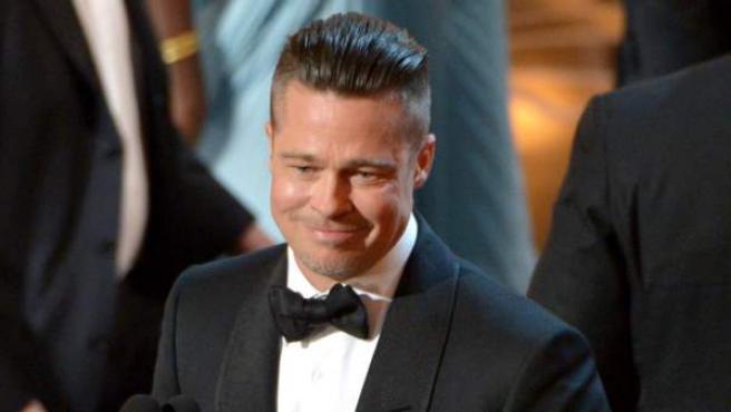 Brad Pitt recoge el Oscar a mejor película, como productor de '12 años de esclavitud'.