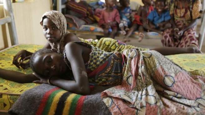 Dos niñas nigerianas rescatadas por el Ejército de ese país en el bosque de Sambisa, donde permanecieron secuestradas por el grupo yihadista Boko Haram.