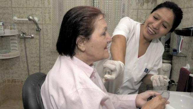 Una persona mayor recibiendo el servicio municipal de asistencia domiciliaria.
