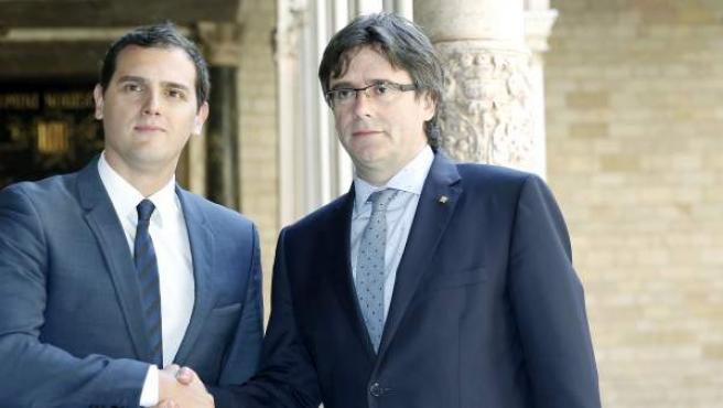 El president de la Generalitat, Carles Puigdemont, y el líder de Ciudadanos (C's), Albert Rivera, al inicio de la reunión entre ambos en el Palau de la Generalitat.