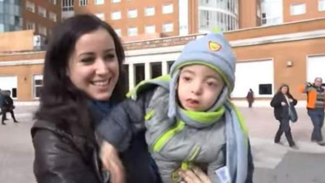 Hugo, un niño que sufre síndrome de Wolf-Hirschhorn, junto a su madre.