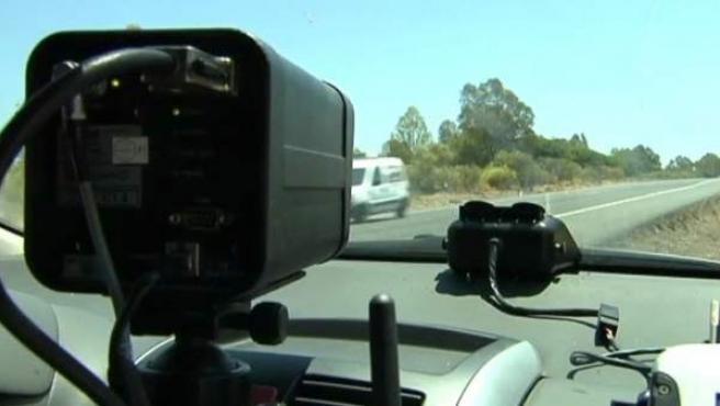 Imagen de un radar móvil de la DGT en una carretera secundaria.
