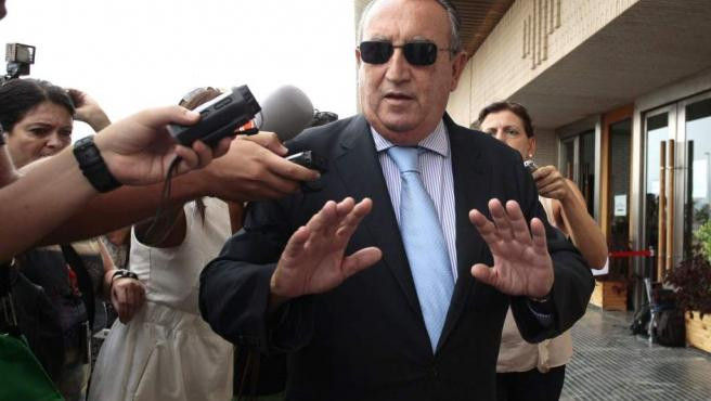 Carlos Fabra, rodeado de periodistas tras una comparecencia en la Audiencia de Castellón.