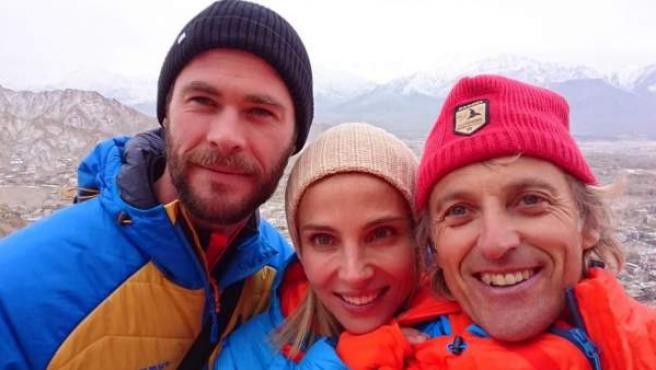 Elsa Pataky y Chris Hemsworth, con Jesús Calleja en el Himalaya.