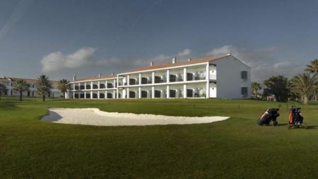 Entre dunas de arena y palmeras, el campo de golf del Parador Málaga.