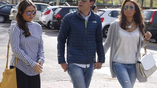 Paco González, su mujer y su hija durante el juicio por la agresión que sufrieron las dos mujeres.