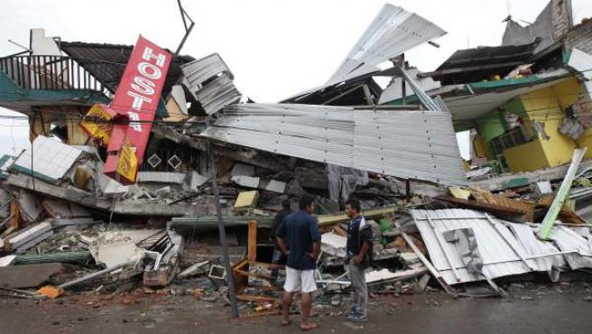 Habitantes de Pedernales (Ecuador), buscan entre las casas destruidas y los escombros.