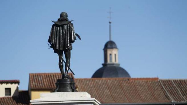 Estatua del escritor en la Plaza de Cervantes de Alcalá de Henares, su ciudad natal.