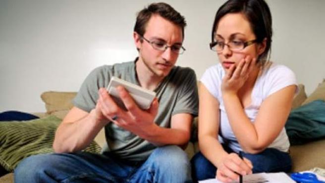 Haciendo cuentas para intentar pedir una hipoteca.
