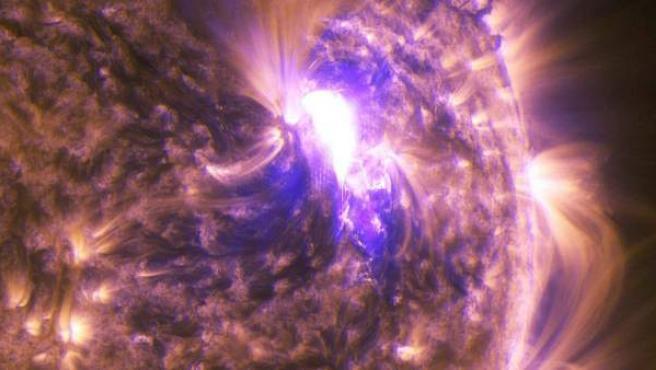 Imágenes de una erupción solar de nivel medio captada esta semana.