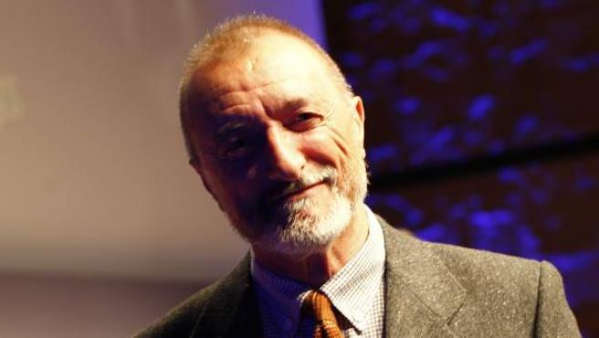 Arturo Pérez-Reverte, con su premio a la personalidad online del año en los Premios 20Blogs.