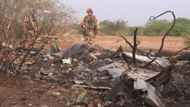 El 25 de julio un avión de la compañía aérea española Swiftair, operado por Air Argelia, que volaba de Uagadugú, en Burkina Faso, a Argel, se estrelló en Gossi (Malí), con 116 personas a bordo, seis de ellas de nacionalidad española. En la imagen, dos soldados inspeccionan la zona donde fueron encontrados los restos del avión.
