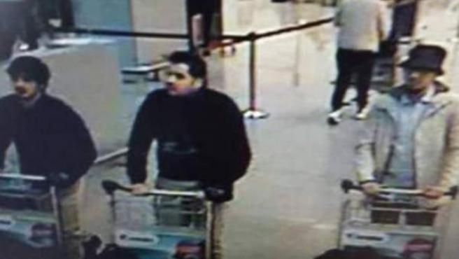 Los presuntos sospechosos de las explosiones en el aeropuerto de Bruselas.
