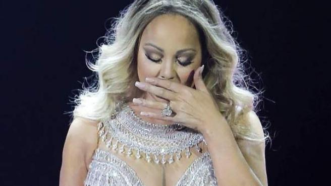 La cantante Mariah Carey se emociona recordando a Prince durante un concierto en París.c