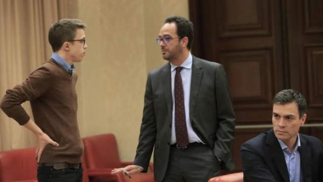 El portavoz de Podemos en el Congreso, Íñigo Errejón, conversando con el portavoz socialista, Antonio Hernando.