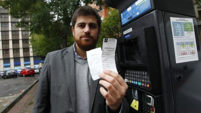 Un denunciado muestra el boletín de la multa que le impuso el controlador de la zona donde estacionó.