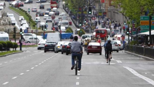 Un hombre circula con su bici pisando la línea que demarca dos carriles, pese a que la norma obliga a transitar por el centro del carril.