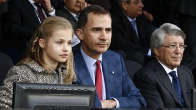 El rey Felipe VI con su hija, la infanta Leonor, y el presidente del Atlético de Madrid, Enrique Cerezo, en el partido entre el Atlético y el Bayern Munich.