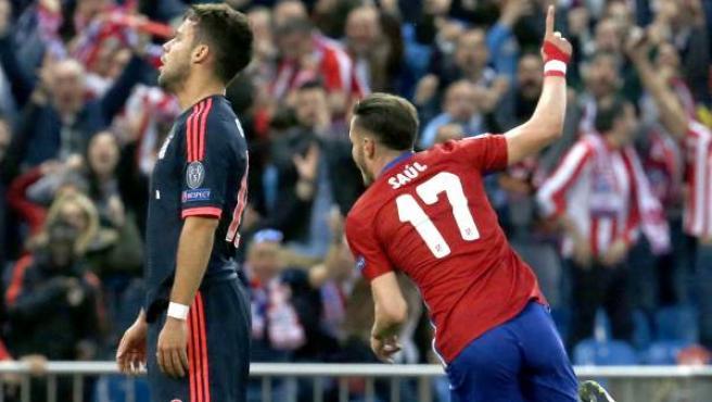 Saúl celebra su gol ante Bernat en el Atlético - Bayern