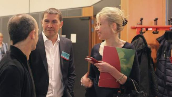 El líder de la izquierda abertzale Arnaldo Otegi charla con eurodiputados de la Izquierda Unitaria Europea, durante la visita realizada hoy al Parlamento Europeo.