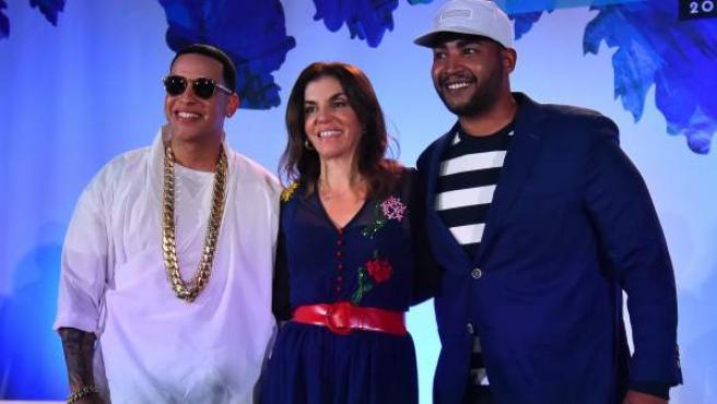 Los reguetoneros puertorriqueños Daddy Yankee (i) y Don Omar (d) posan junto a la directora de contenido latino de la revista Billboard, Leila Cobo.