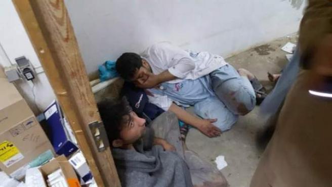 Personal de MSF, en shock tras el bombardeo estadounidense sobre un hospital de Kunduz, en Afganistán.