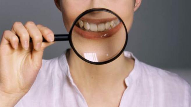 <p>Existen muchos mitos acerca del blanqueamiento dental.</p>