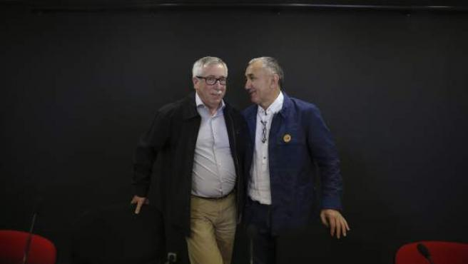 Los secretarios generales de CC OO y UGT, Ignacio Fernández Toxo (i) y Pepe Àlvarez (d), en un encuentro informativo con motivo de la celebración del Primero de Mayo.