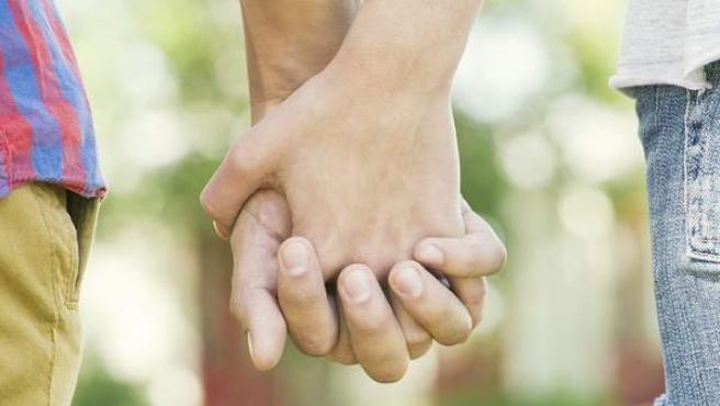 Una pareja camina de la mano, en una imagen de archivo.