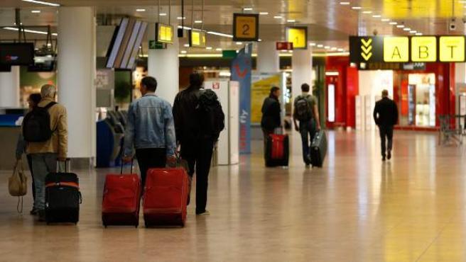 <p>Primeros pasajeros que llegan a la terminal de salidas del Aeropuerto Internacional de Bruselas, que se ha reabierto parcialmente tras los atentados.</p>