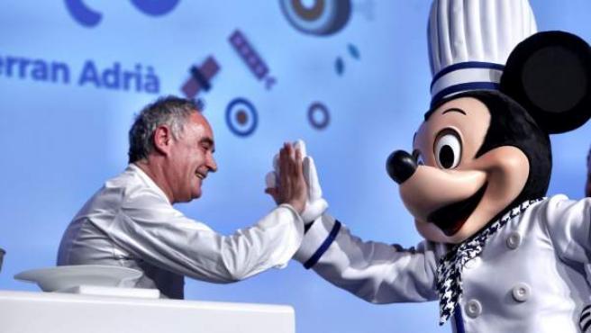 El chef Ferran Adrià choca la mano con Mickey, aliado en su último proyecto.