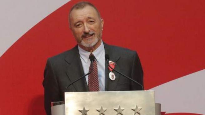 El escritor Arturo Pérez-Reverte, condecorado con la medalla de plata autonómica, durante su discurso en el acto de imposición de Medallas y Condecoraciones.