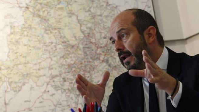 El consejero de Transportes, Infraestructuras y Vivienda, Pedro Rollán, en un momento de la entrevista con 20minutos.
