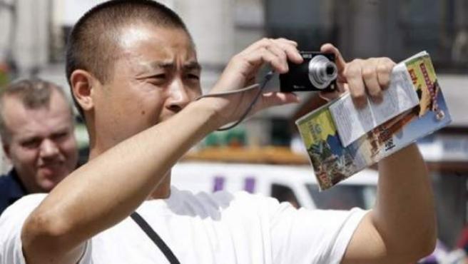 Un turista chino haciendo una foto.