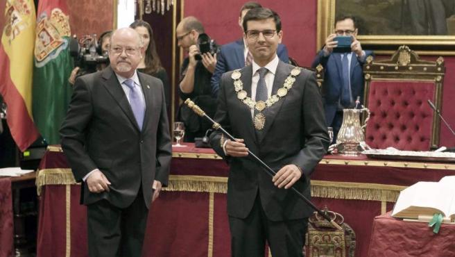 El nuevo alcalde de Granada, el socialista Francisco Cuenca, tras recibir el collar y el bastón de mando, después de ser elegido como regidor.
