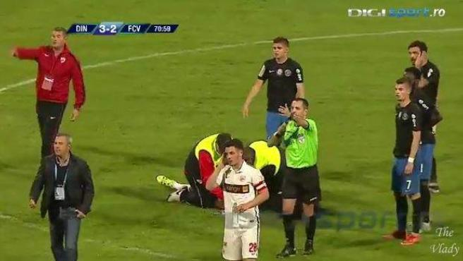 Momento en el que los sanitarios piden ayuda para atender al futbolista Patrick Ekeng.