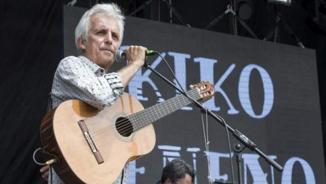 El cantante Kiko Veneno (i) junto a su banda, durante un momento de la actuación en el Festival Internacional de Acción Artistica Estrella Levante SOS 4.8, que ha suspendio en el cuarto tema, tras comenzar las pruebas de sonido en otro esccenario el grupo Amaral.