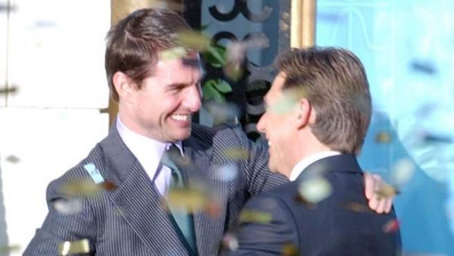 Tom Cruise y David Miscavige se estrechan la mano durante la apertura del centro de la Cienciología en Madrid en 2004.