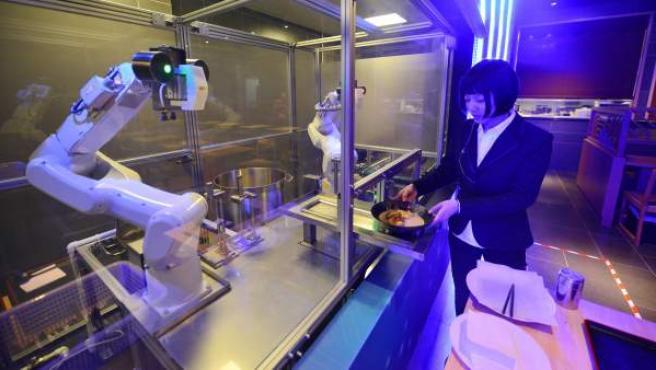 Dos robots sirviendo comida en un restaurante de Japón.