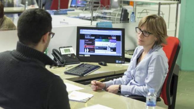 Un aturat demana informació sobre com poder trobar feina en una seu de Barcelona Activa.