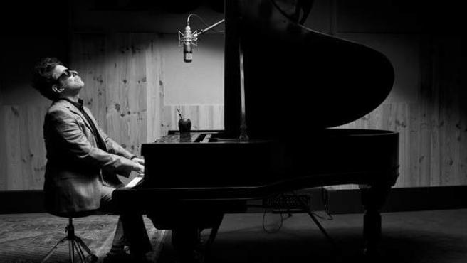 El cantante Andrés Calamaro, en una imagen promocional de su último álbum, 'The Romaphonic Sessions'.