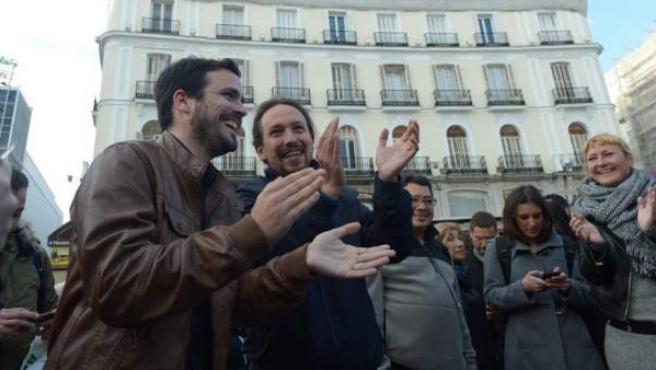 Alberto Garzón y Pablo Iglesias, en un video en la Puerta del Sol tras anunciar el acuerdo.