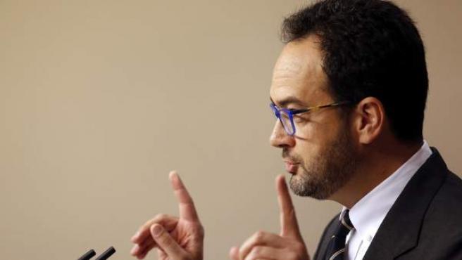 El portavoz del grupo parlamentario del PSOE, Antonio Hernando, durante una rueda de prensa ofrecida en el Congreso.