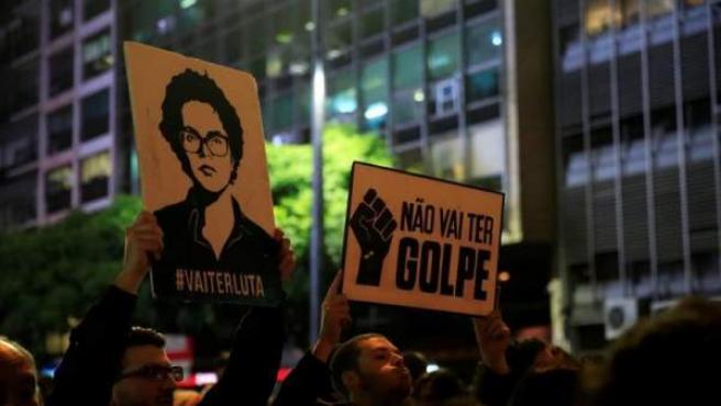 """Unas 1.500 personas marcharon el martes 1 mayo de 2016, por la principal avenida de Montevideo (Uruguay) en contra del posible juicio político al que será sometida la mandataria brasileña, Dilma Rousseff, algo que los organizadores de la marcha consideran un """"golpe de Estado""""."""