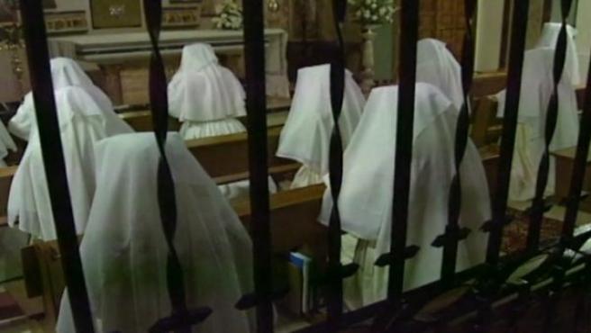 Varias religiosas rezan en un convento de clausura.
